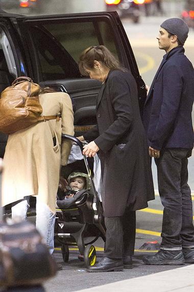 Йен Сомерхолдер с дочкой и женой.